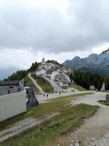 Monte Lussari über die italienische Grenze; mit der Seilbahn oder zu Fuß nach oben; idyllischer Ort; Kirche und Wallfahrtsort; mit dem Auto gut un in 45 Minuten erreichbar