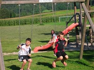 Haus Primosch - Kinderspielplatz ganz in der Nähe, Schaukel direkt beim Haus
